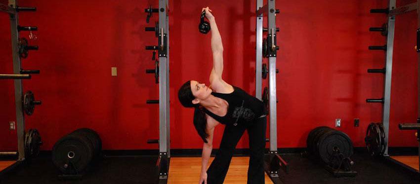 Наклоны с гирей в стороны для лучшей проработки мышц живота.